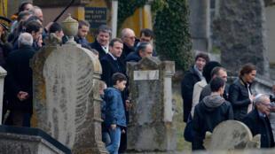 2019年 2月19日,法國總統馬克龍前往斯特拉斯堡附近一處遭遇塗鴉的猶太人墓地視察。一些墓碑上被寫上了反猶口號。