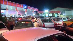 روز چهارشنبه، به دنبال انتشار خبر آغاز اجرای سهمیهبندی بنزین، صفهای طولانی در پمپ بنزینهای ایران تشکیل شد.