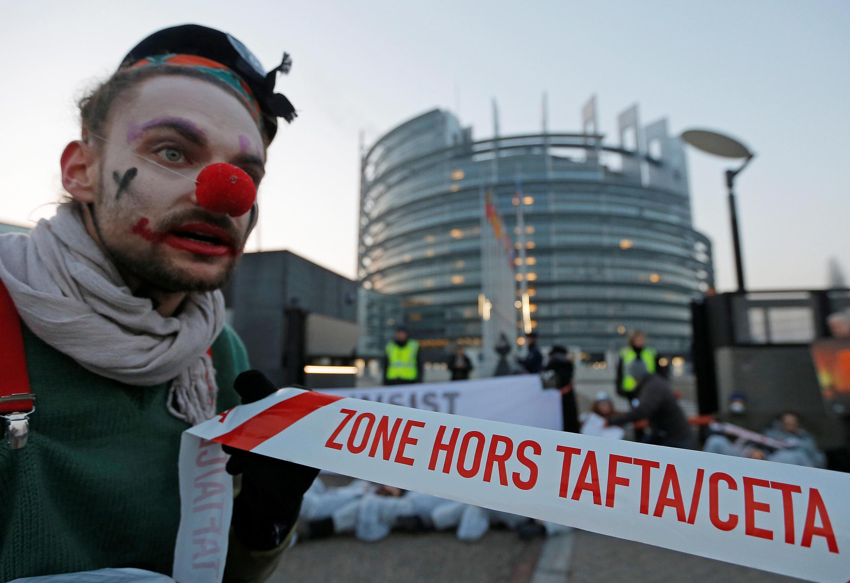 Alors que le Parlement européen se réunit sur le traité de libre-échange avec le Canada, le Ceta, les opposants donnent de la voix à Bruxelles ce mercredi matin.