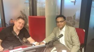 Pratik Ghosh, créateur de l'application Justori, dans les studios de RFI, à Paris