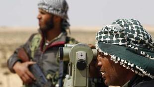 Un rebelde libio vigila una ruta al este de Brega, Libia, el 3 de abril de 2011.