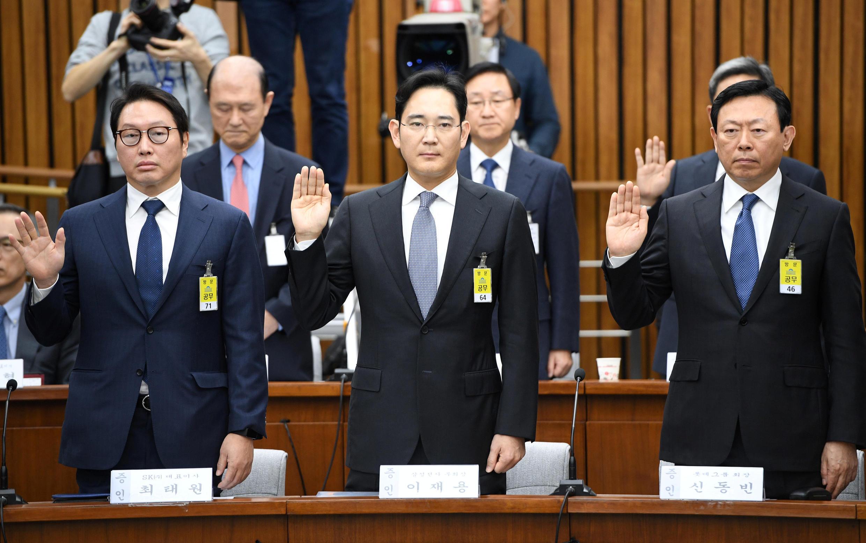 Lãnh đạo các tập đoàn SK, Samsung và Lotte (từ trái sang phải) tuyên thệ trước cuộc điều trần tại Quốc hội Hàn Quốc, ngày 06/12/2016.