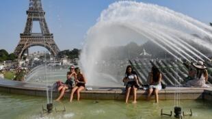 Em Paris, perante a forte onda de calor, não é invulgar ver habitantes e turistas refrescarem-se nas fontes.