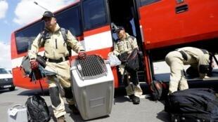 Une équipe cynophile de recherche et d'assistance envoyée par la République Tchèque s'apprête à partir à Beyrouth, le 5 août.