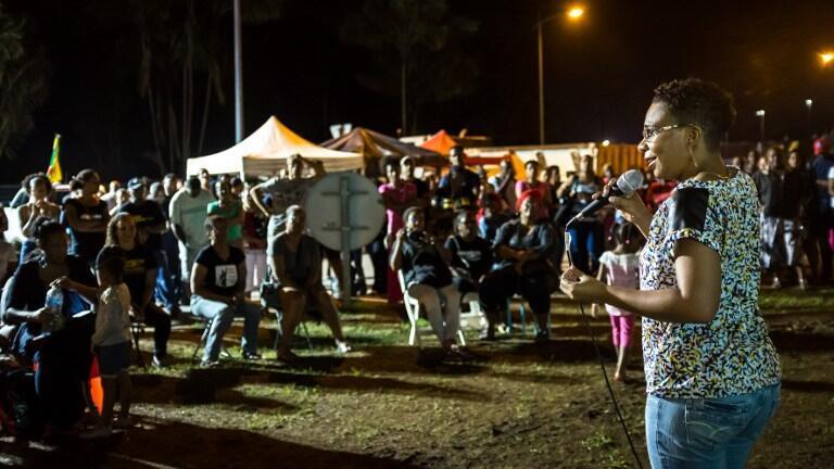 En Guyane, la juriste Doris Tablon appelle à voter blanc à l'élection présidentielle les participants à un barrage, à Rémire-Montjoly, le 12 avril 2017.