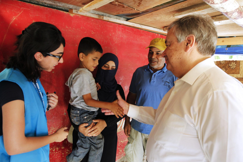 Kamishana mkuu wa UNHCR, Antonio Guterres (kulia) akiwatembelea watoto wa familia 19 000 kutoka Syria ziliyokimbilia Beyrut, Libanon..