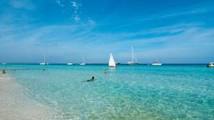 O balneário de Ibiza é um dos locais mais visitados pelos turistas na Espanha.