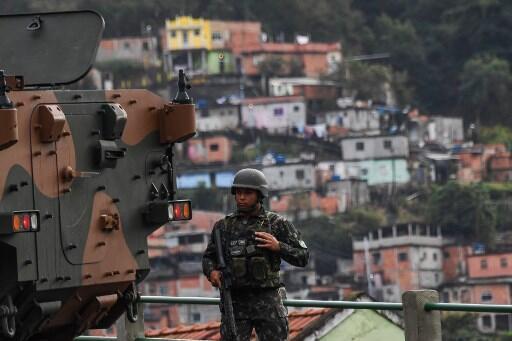 Les populations des favelas de Rio sont majoritairement noires ou métissées et sont régulièrement victimes de préjugés et de racisme de la part des forces de l'ordre. Ici, un soldat le 5 août 2017 à Rio.