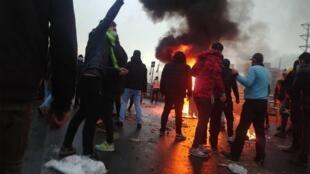 تظاهر کنندگان به افزایش بهای بنزین در تهران - ۱۶ نوامبر ٢٠۱٩