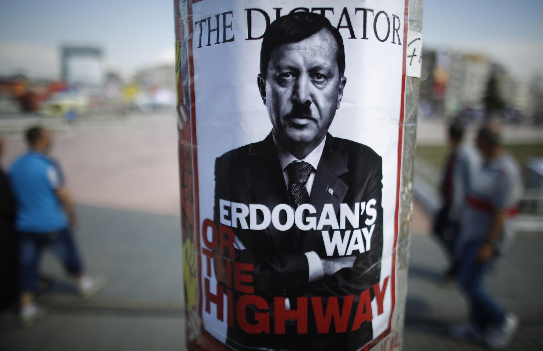 Плакат с изображением Эрдогана с чертами Гитлера на площади Таксим в Стамбуле 05/06/2013