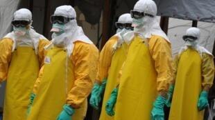 在利比里亞幫助遏制埃博拉疫情的法國醫生無疆界志願者(2014年8月30日)