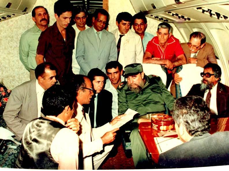 Dans l'Iliouche présidentiel, en 1988. Accroupi à sa droite, non grimé et en veste sombre : le «sosie » de Fidel Castro, Silvino Alvarez.