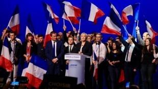 """مارین لوپن، نامزد حزب راست افراطی """"جبهه ملی""""، در سخنرانی روز دوشنبه اول ماه مه٢٠١٧"""
