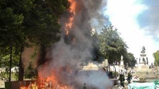 Bombeiros apagam fogo durante protesto em Nantes, 3 de agosto de 2019.