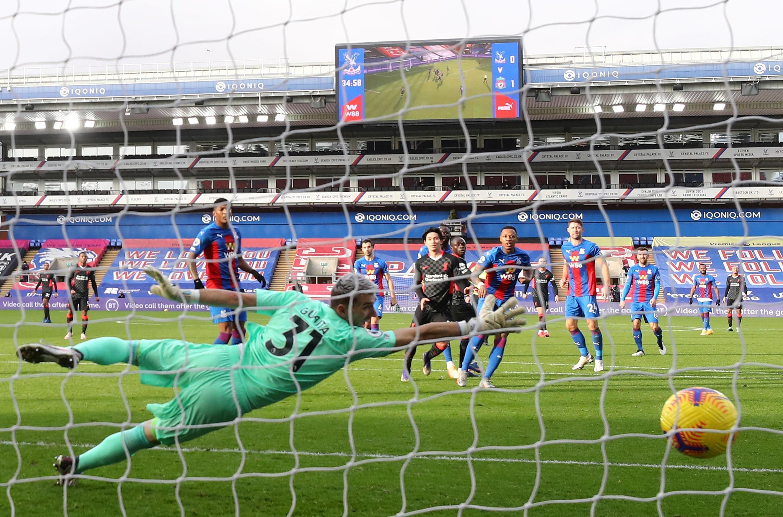 El senegalés Sadio Mané convierte el segundo gol en la goleada 7-0 del Liverpool sobre Crystal Palace, en partido de la Premier League jugado en Selhurst Park, el 19 de diciembre de 2020