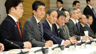Le premier ministre japonais Shinzo Abe et le ministre de la Santé Katsunobu Kato, lors d'une réunion de crise au sujet du coronavirus, à Tokyo, le 14 février 2020.