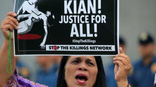 Người biểu tình đòi công ly cho học sinh Kian Delos Santos, 17 tuổi, bị cảnh sát bắn hạ trong một cuộc truy đuổi, Manila, ngày 23/08/2017.