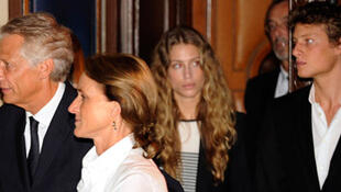 Dominique de Villepin (g), sa femme et leurs deux enfants quittent la salle d'audience du palais de Justice de Paris, le 21 septembre.