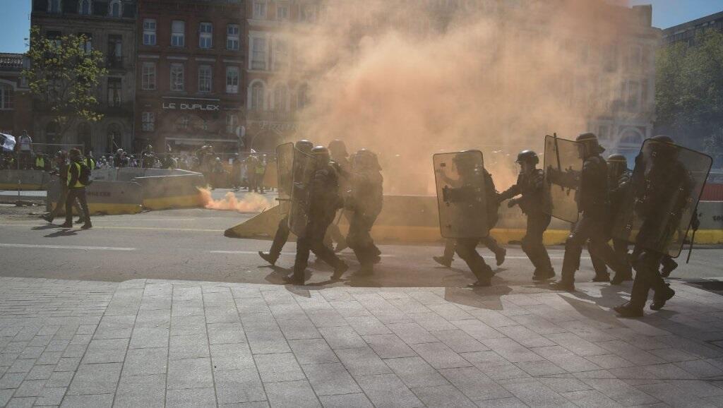 Gás lacrimogéneo da polícia contra radicais infiltrados na manifestação dos coletes amarelos em Toulouse