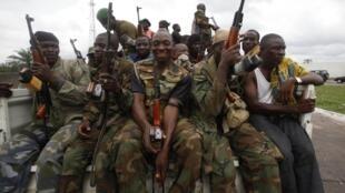As forças pró-Ouattara nas ruas de Abidjan. 07/04/11.