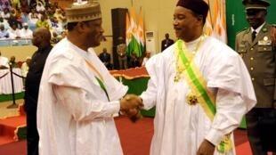Le président Issoufou (D) et Hama Amadou, président à l'issue d'une cérémonie religieuse,à Niamey, le 7 avril 2011.