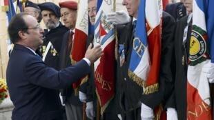 Франсуа Олланд приветствует ветеранов Второй мировой войны, Париж, Елисейские поля, 8 мая 2014 года