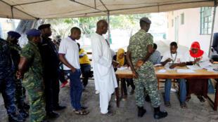 Opération de vote en Gambie.