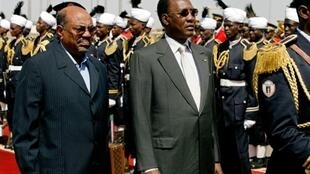 Le président tchadien Idriss Déby (à droite) aux côtés d'Omar el-Béchir lors d'une visite au Soudan le 8 février 2010.