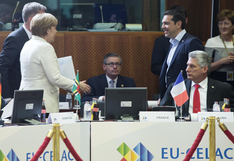 Thủ tướng Đức Angela Merkel (T) nói chuyện với Thủ tướng Hy Lạp Alexis Tsipras (P) ở Thượng đỉnh Âu-Mỹ Latinh và Caribé, tại Bruxelles, 10/06/2015