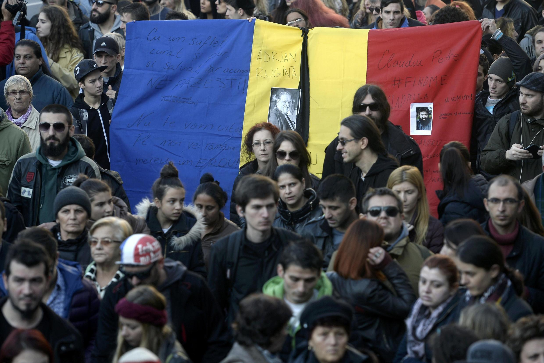 Cảnh hàng ngàn người dân Bucarest tưởng niệm nạn nhân vũ trường bị hỏa hoạn.  Ảnh ngày 1/11/2015.
