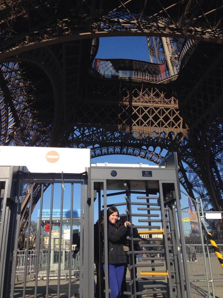 Una turista sale por una de las puertas giratorias de la estructura que protege actualmente la Torre Eiffel. Febrero de 2017.
