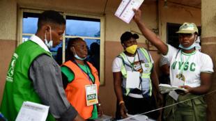 Un membre de la commission électorale participant au dépouillage des votes dans la ville de Benin City dans l'État d'Edo le 19 septembre 2020.
