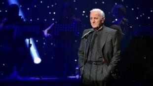 Charles Aznavour wakati wa tamasha lake Palais des congrès septembre 2015.