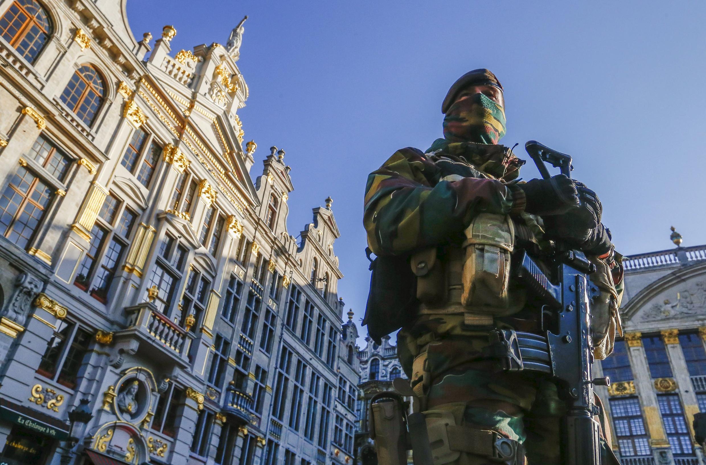 Quân đội Bỉ tuần tra tại Quảng trường Trung tâm thủ đô Bruxelles, ngày 23/11/2015.