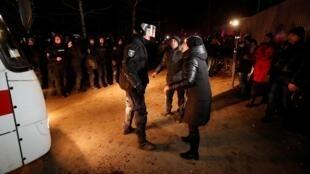 Le rapatriement de 72 personnes de Wuhan a provoqué des scènes d'émeute à Novi Sanjary, en Ukraine, le 20 février 2020.
