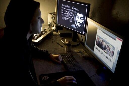 Một tin tặc thuộc nhóm Anonymous mang mặt nạ