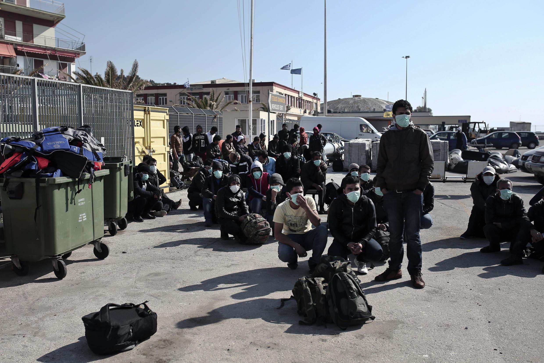 MIgrantes desembarcam na ilha de Lesbos, na Grécia.