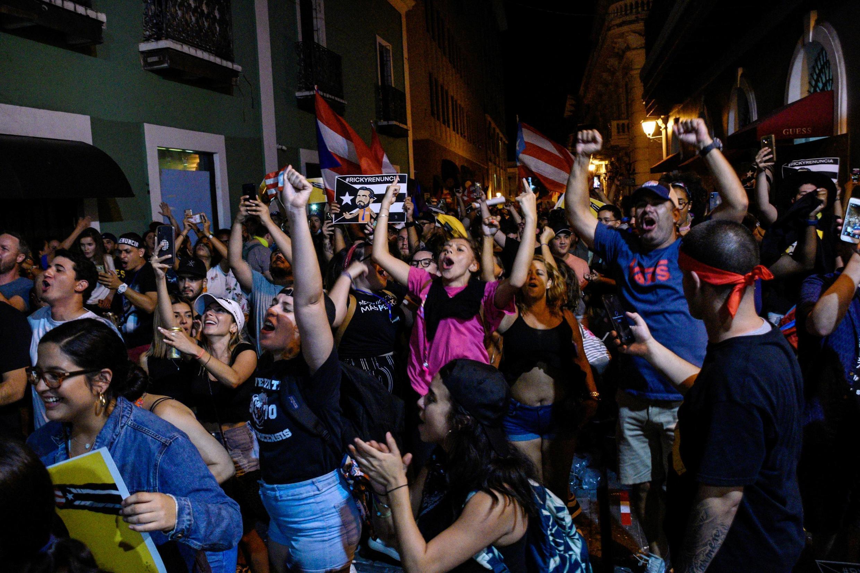 Manifestantes comemoram a renúncia do governador de Porto Rico, Ricardo Rossello, em San Juan, Porto Rico, em 24 de julho de 2019.