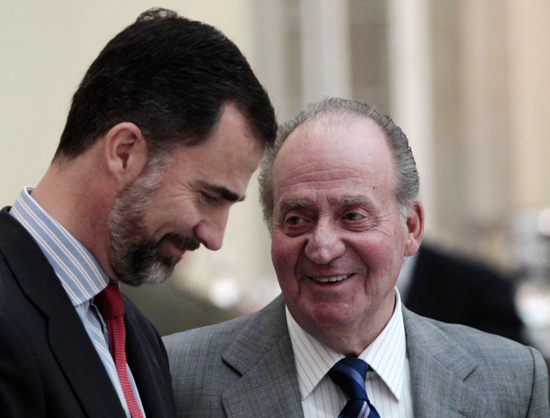 L'ancien roi d'Espagne, Juan Carlos, et son successeur, son fils, le prince Felipe.
