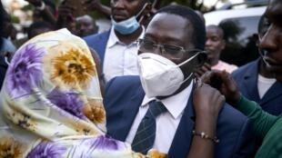 Libéré jeudi 8 octobre par ses ravisseurs, Soumaïla Cissé, leader de l'URD, est salué par ses proches à son arrivée à son domicile de Bamako le 9 octobre.
