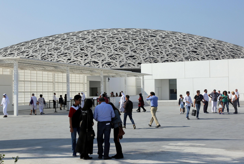 Des visiteurs après l'ouverture du Louvre Abou Dhabi, le 11 novembre 2017.