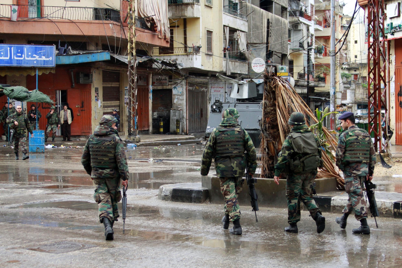 Soldados do exército libanês patulham as ruas de Tripoli depois de violências entre defensores e opositores do regime sírio.