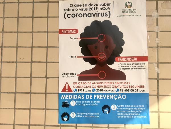 Affiche du ministère de la Santé Bissau-Guinéen sur le coronavirus, à Bissau.
