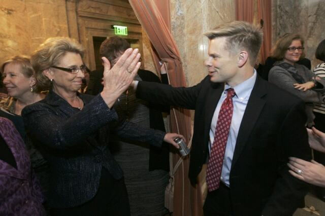 Le gouverneur de Washington, Chris Grégoire (G) et un membre de la Chambre des représentants Jamie Pederson se félicitent du vote de la loi sur les mariages gay à Olympia, le 8 février 2012.