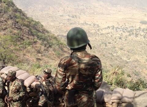 Les soldats de l'armée de terre camerounaise déployés sur le poste avancé de Mabass. Une colline sur la frontière avec le Nigeria, en bas des villages occupés par Boko Haram.