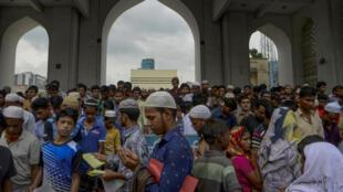 图为穆斯林在孟加拉国达卡清真寺前念经 2016年6月17日照片