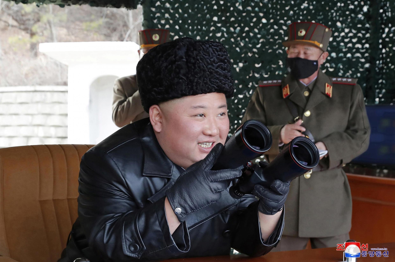 Lãnh đạo Bắc Triều Tiên, Kim Jong Un giám sát vụ bắn thử tên lửa. Ảnh do hãng thông tấn Bắc Triều Tiên KCNA cung cấp, ngày 02/3/2020.