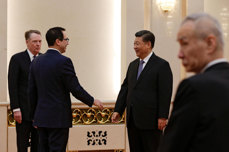 2019年2月15日,中國國家主席習近平在人大會堂與前來參加中美部長級貿易談判的美國貿易代表萊特希澤(左一)及財長姆努欽(左二)交談。