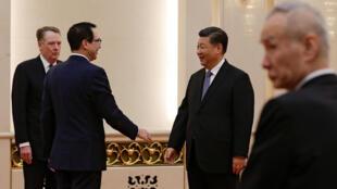 2019年2月15日,中国国家主席习近平在人大会堂与前来参加中美部长级贸易谈判的美国贸易代表莱特希泽(左一)及财长姆努钦(左二)交谈。