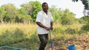 Abel Bwalya actionne sa «treadle pump» ou pompe à pédales pour irriguer ses cultures.